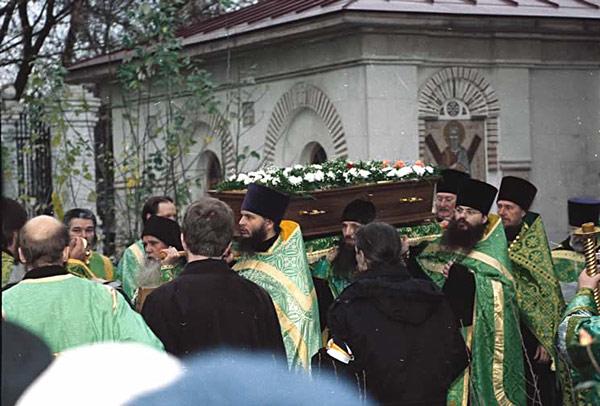 https://sfintisiicoane.files.wordpress.com/2011/08/8-sf-artistoclie-athonitul-si-facatorul-de-minuni-din-moscova-1918-10-procesiune.jpg